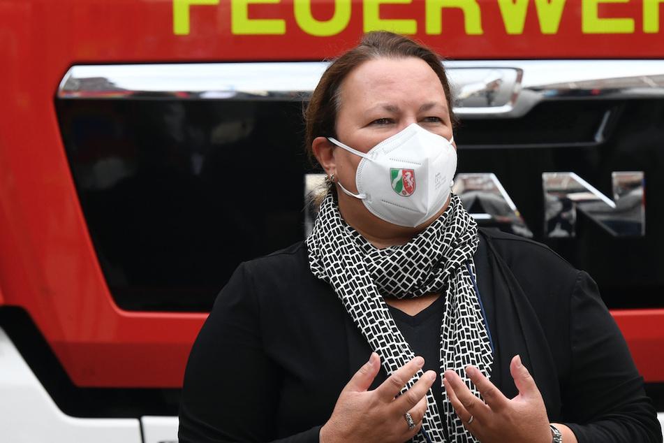 Die nordrhein-westfälische Umweltministerin Ursula Heinen-Esser (55, CDU) bedankte sich bei der Werksfeuerwehr für ihren Einsatz bei der Explosionskatastrophe des Chemparks.