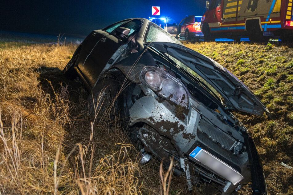 Vogtland: Chevrolet-Fahrer landet in Straßengraben