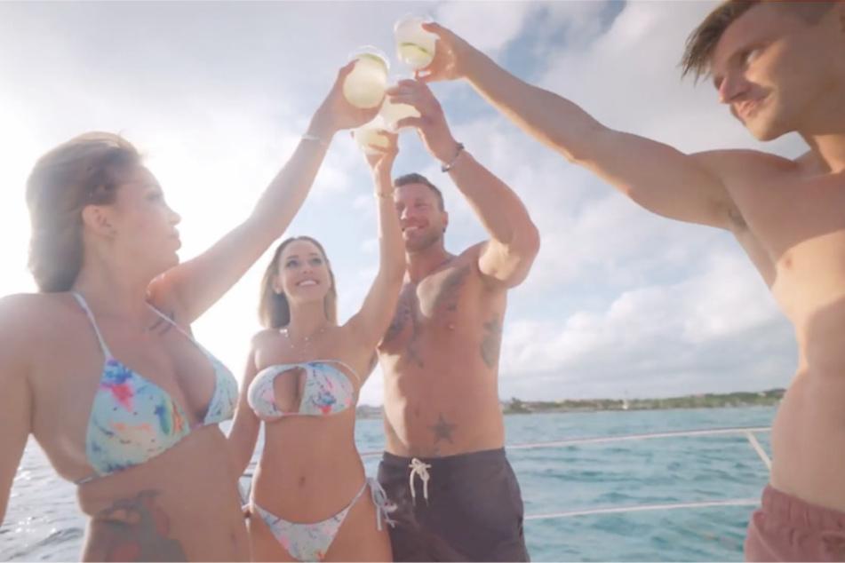 Die beiden Neu-Singles Tara (28, v.l.) und Vanessa ließen es bei ihrer Ankunft bei einem gemeinsamen Yacht-Ausflug mit Till (32) und Tommy (25) gleich ordentlich krachen. Später in der Villa sorgte vor allem Tara gleich für mächtig Zündstoff.
