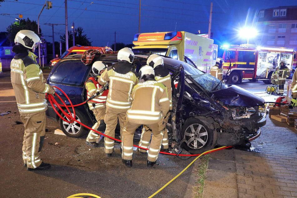 Die Feuerwehr aus Dresden eilte zu Hilfe und befreite die eingeklemmte Beifahrerin aus dem VW.