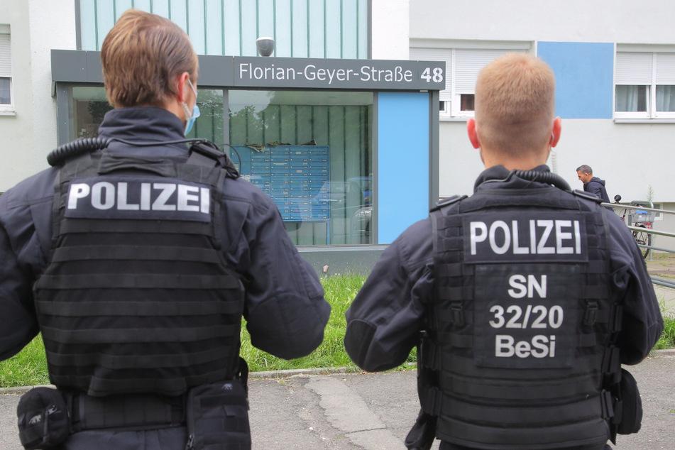 In der Dresdner Florian-Geyer-Straße durchsuchte die Polizei am frühen Morgen die Wohnung eines Verdächtigen.