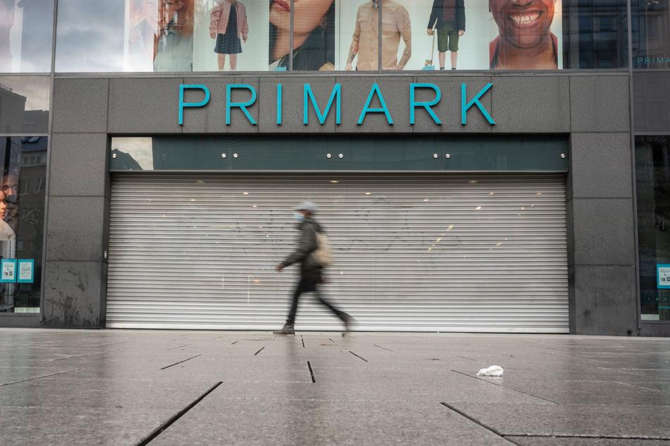 Geschlossen ist das Geschäft der Modekette Primark auf der Frankfurter Zeil.