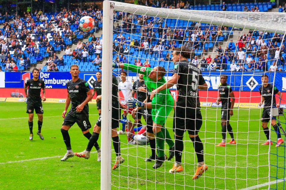 So muss es wieder werden, wenn Dynamo zurück in die Erfolgsspur will: Kevin Broll (26) und Co. verteidigten beim 1:1 beim Hamburger SV mit Mann und Maus das eigene Tor.