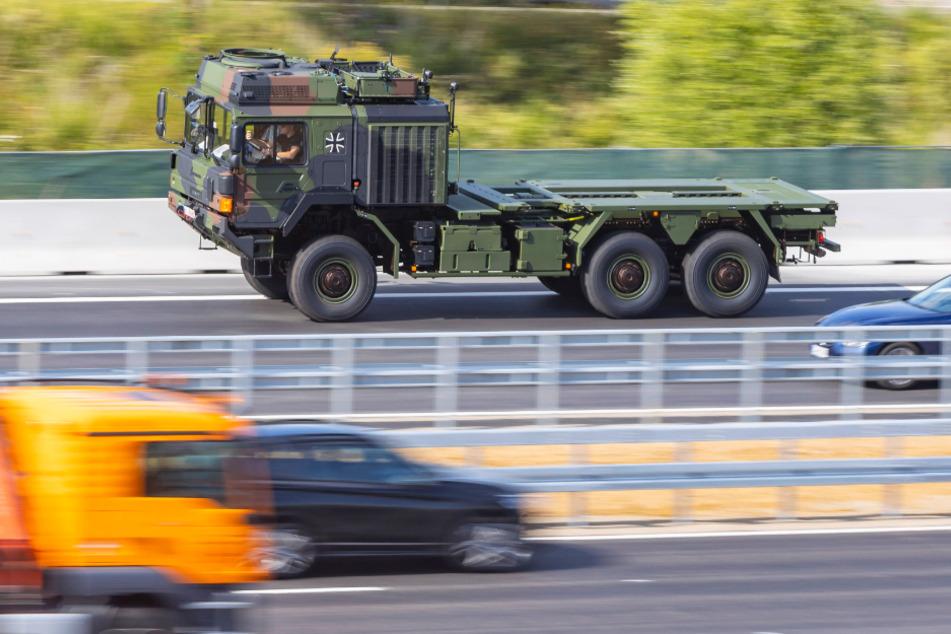 A14: BMW verursacht Unfall mit Bundeswehr-Transportern, sieben Verletzte