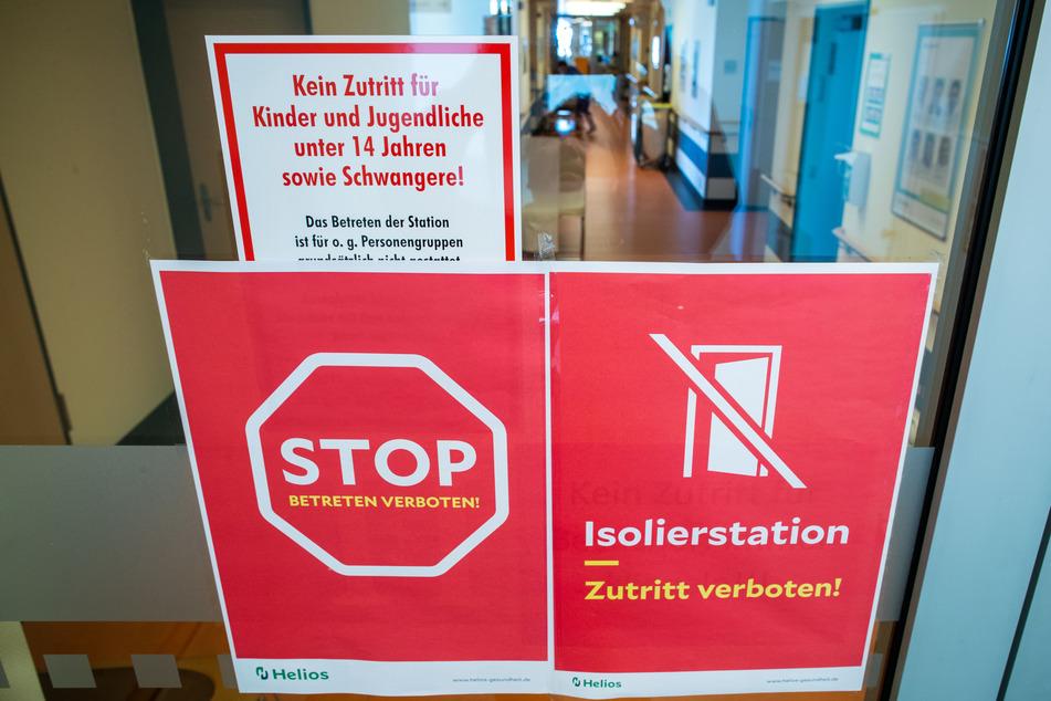 Ein Stop-Schild hängt an der Zugangstür zur Isolierstation für Coronavirus-Behandlungen in der Helios-Klinik.