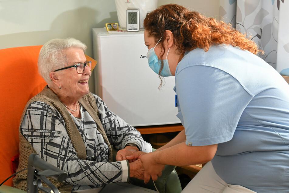 Die mexikanische Pflegerin mit Bewohnerin Erika Sacher (85): Schon nach kurzer Zeit hatte sich Ivette im Riesaer Heim integriert.