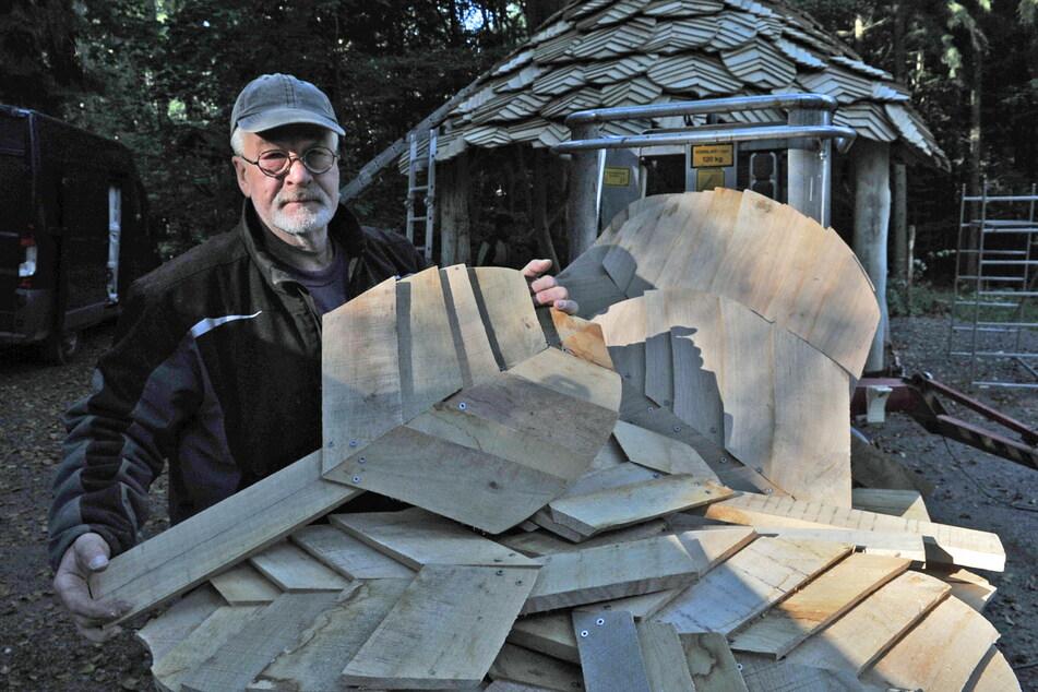 Holzkünstler Peter Duus (62) baute an der Schutzhütte mit Blätterdach mit.