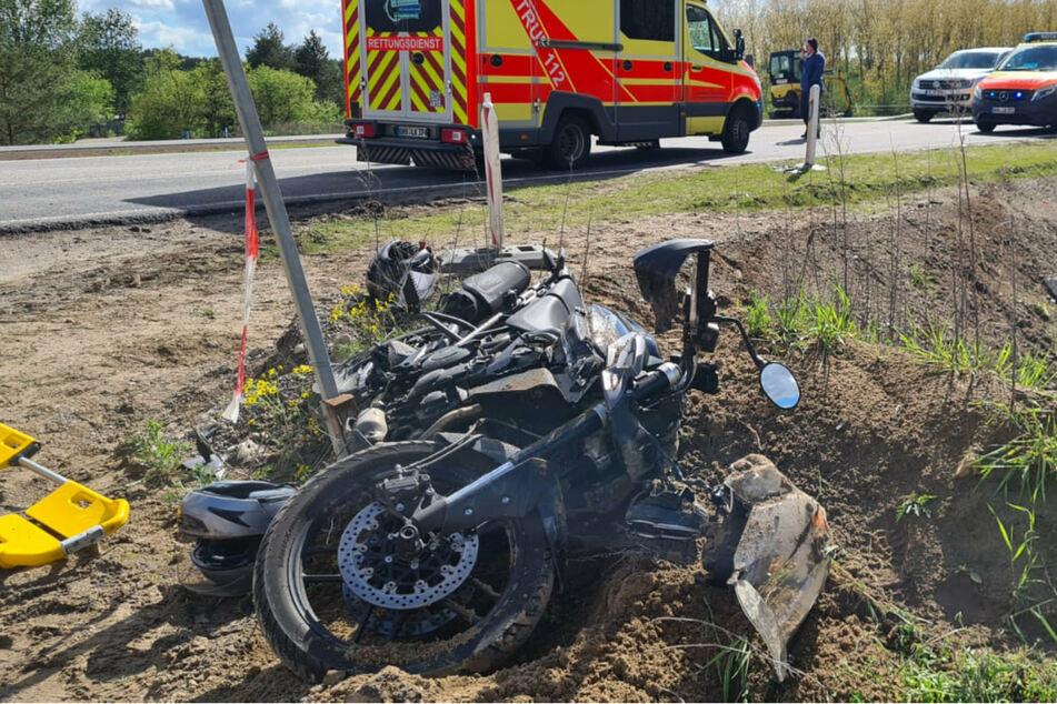 Schwerer Crash: Motorrad kracht ungebremst in Auto