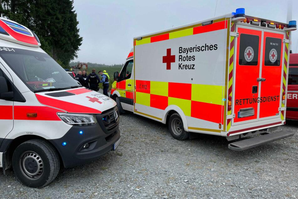 Rettungskräfte stehen nahe dem Unglücksort.