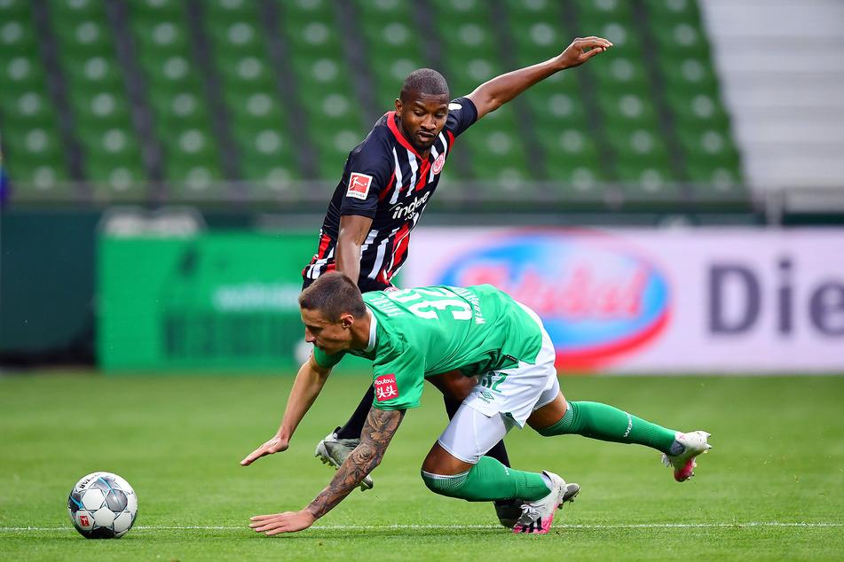 Bremens Marco Friedl (v.) und Frankfurts Almamy Toure kämpfen um den Ball.