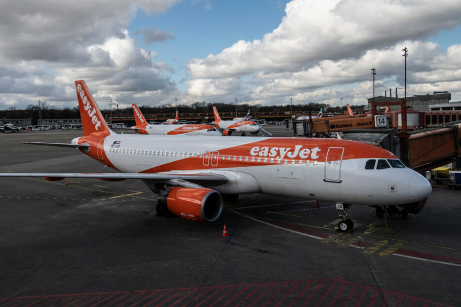 Flugzeuge des Unternehmen easyJet stehen am Flughafen Tegel.