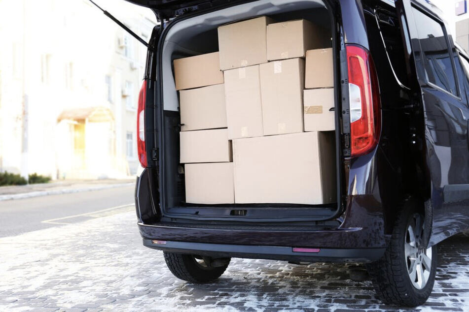 Ein Auto ist vollgepackt mit Umzugskisten. 2020 sind mehr Leute nach Sachsen-Anhalt umgezogen, als dass Menschen das mitteldeutsche Bundesland verlassen haben. (Symbolbild)