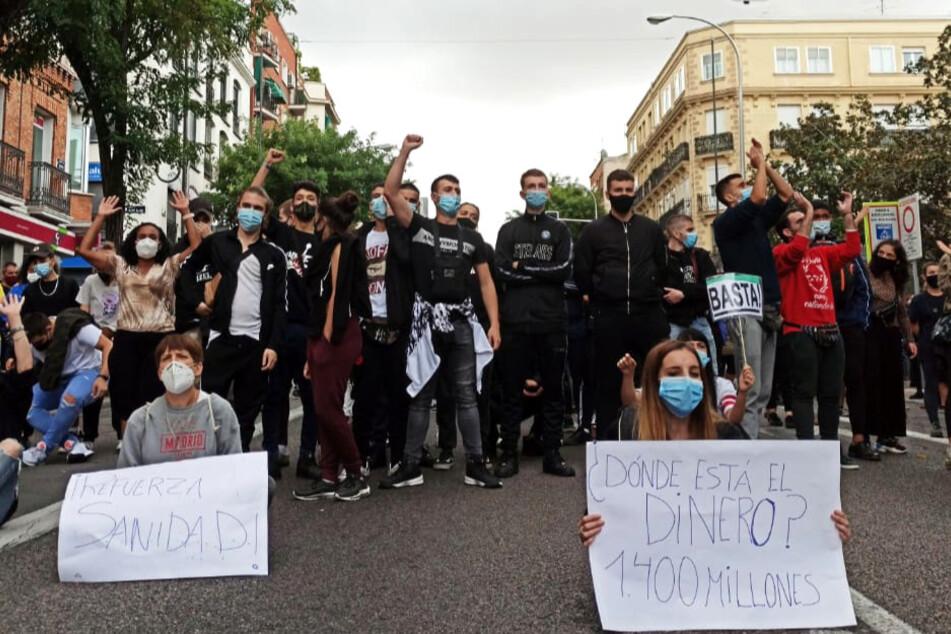 Madrid: Demonstranten sitzen auf einer Strasse im Stadtbezirk Villa de Vallecas.