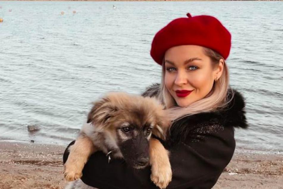 Love Island-Star Julia Oemler (26) feierte mit Hund Rano.