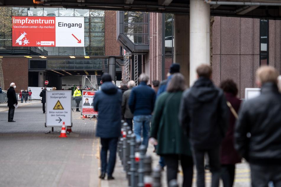In Köln warten Menschen vor einem Impfzentrum. (Symbolfoto)