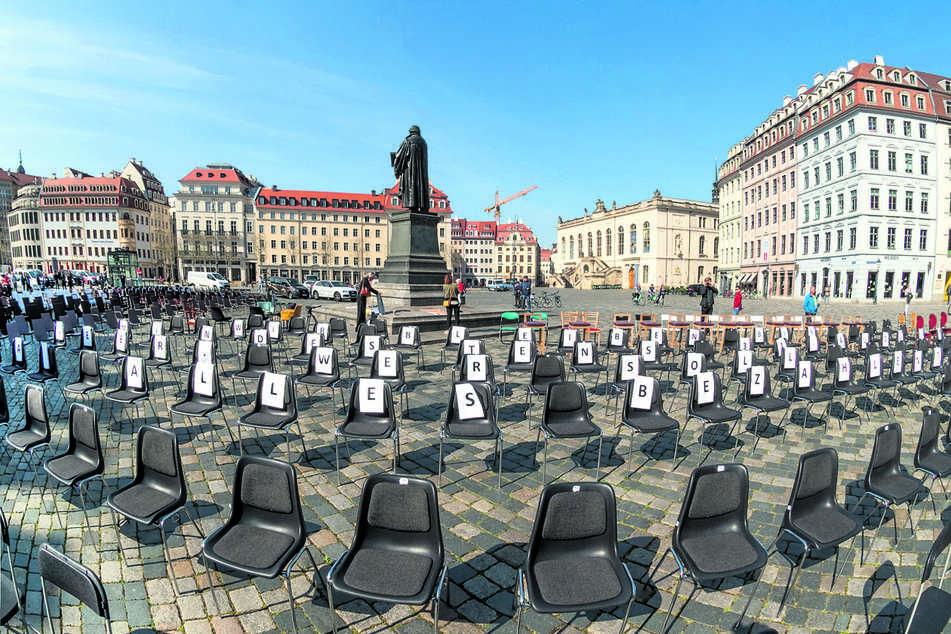 Der ersten Leere-Stühle-Aktion auf dem Dresdner Neumarkt schließen sich am Freitag bundesweit über 60 Städte an.
