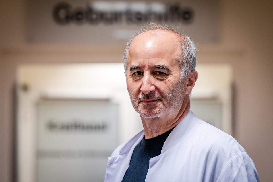 Oberarzt Gunter Leichsenring (64) freut sich über die 1000. Geburt in diesem Jahr am DRK Krankenhaus Rabenstein.