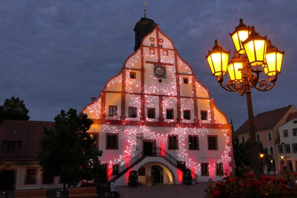 Unter anderem auch in Grimma, wo das Rathaus in rot erstrahlte.