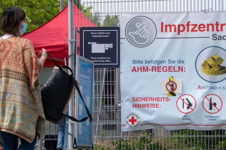 Trotz nachlassender Impfbereitschaft muss nach Angaben des Deutschen Roten Kreuzes (DRK) in den sächsischen Impfzentren nur wenig Corona-Impfstoff entsorgt werden.