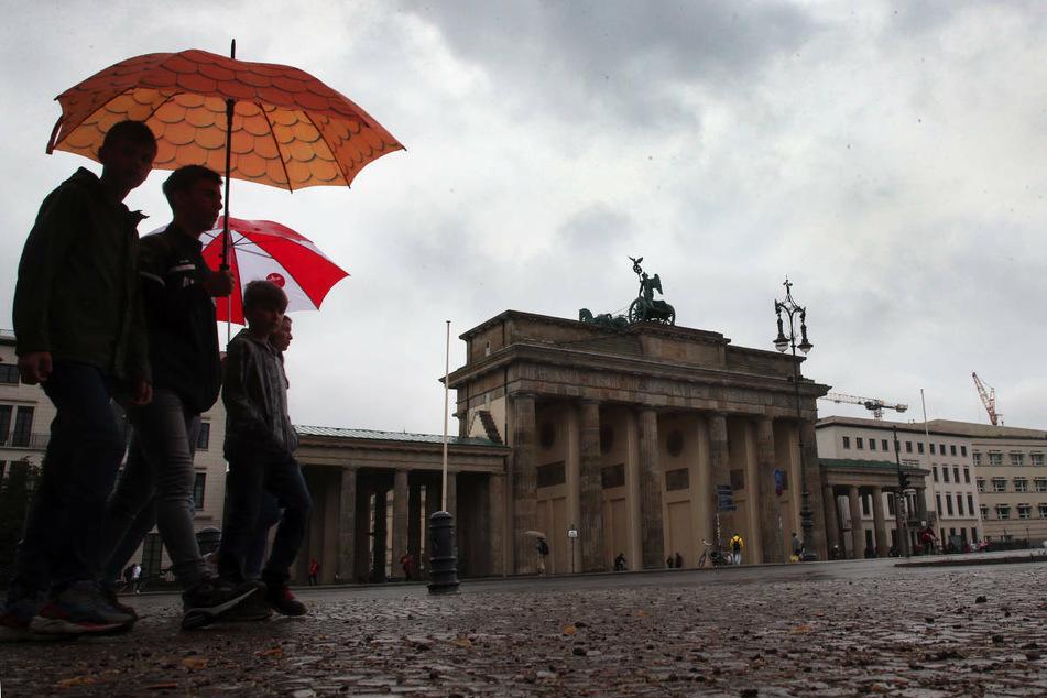 Wer am Wochenende in Berlin und Brandenburg zu Fuß unterwegs ist, sollte sich vorsichtshalber einen Regenschirm einpacken.