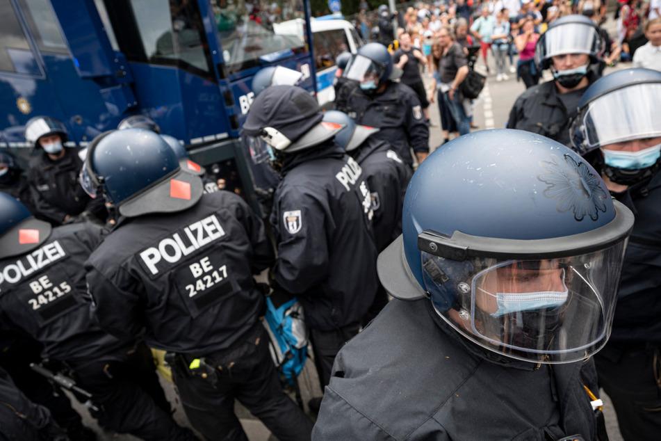 Polizisten nehmen Demonstranten bei einer unangemeldeten Demonstration an der Siegessäule fest. Ein Mann hatte bei dem Protest sein Leben verloren.
