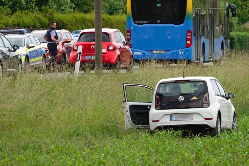 Chemnitz: VW-Fahrerin kommt von Straße ab und landet auf Feld