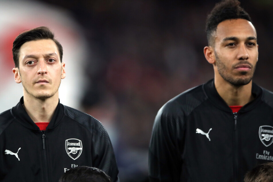 Vier Betreuer des Teams von Mesut Özil und Pierre-Emerick Aubameyang sind in häuslicher Quarantäne.