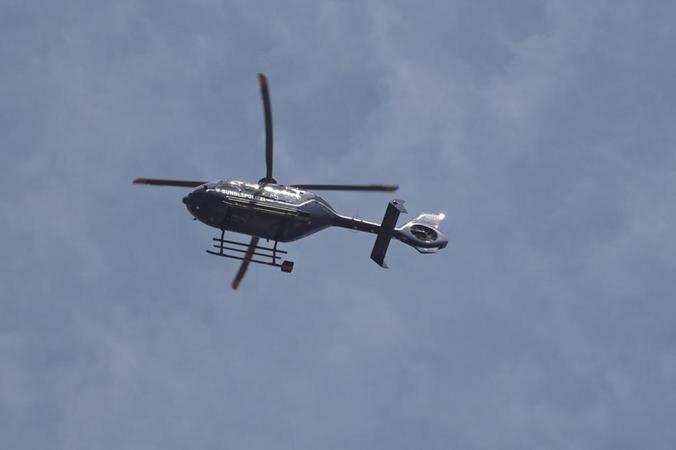 Trotz des Einsatzes eines Hubschraubers konnte der Flüchtige bisher nicht gefunden werden.