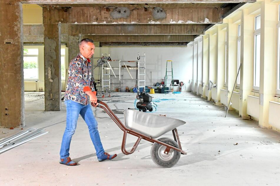 Die Abrissarbeiten laufen. Tilo Kühl-Schimmel packt seinen Traum an - und symbolisch zur Schubkarre.