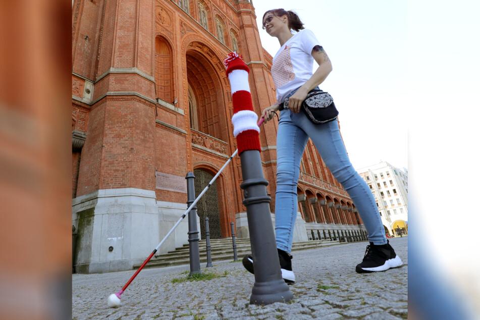 Berlin hat's vorgemacht: Am Montag bekommen auch Poller in Magdeburg rot-weiß-geringelte Mützen aufgesetzt.