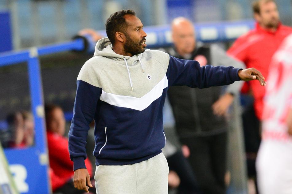 Trainer Daniel Thioune während des Spiels gegen Düsseldorf.