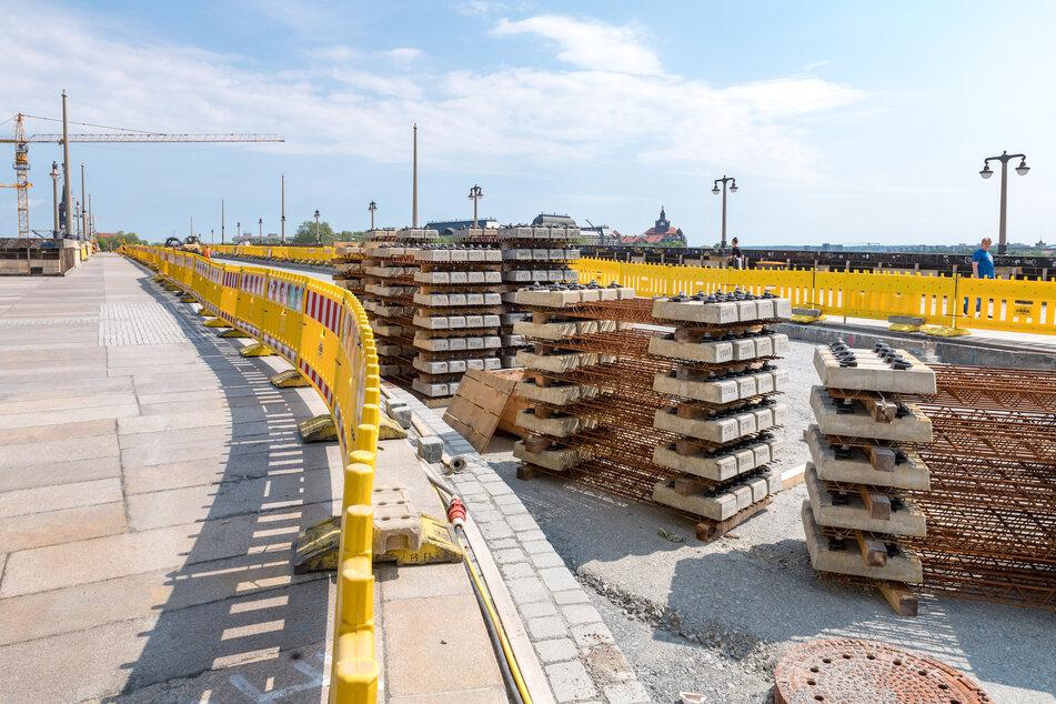 Noch ist an der Augustusbrücke reichlich Material zu verbauen. Im Juli sollen zumindest die Gehwege fertig sein.
