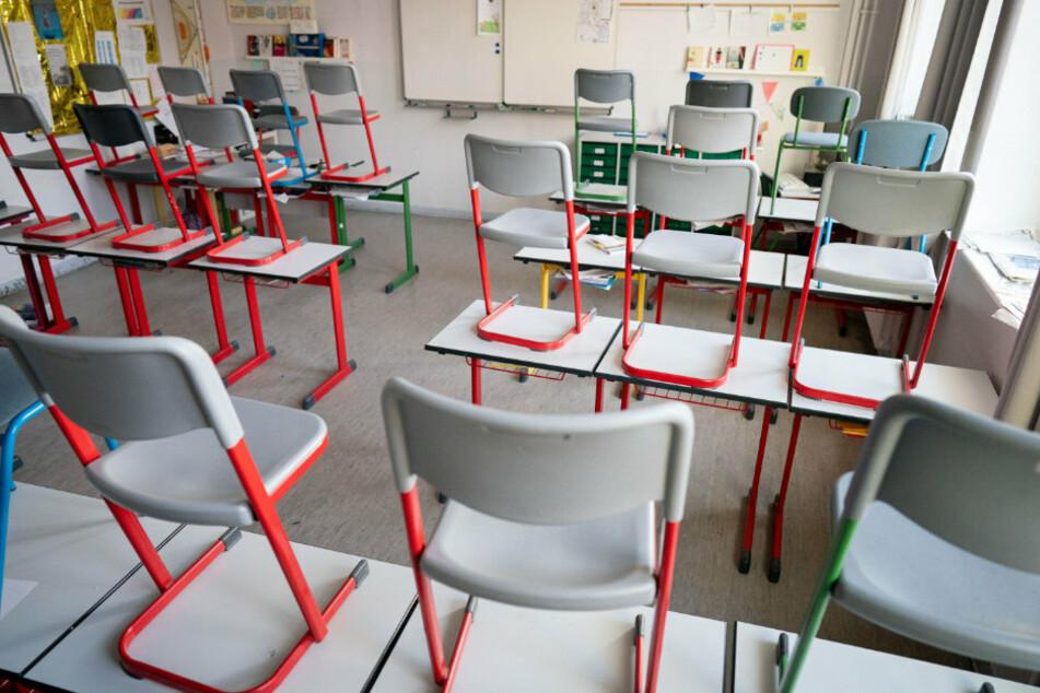 Stühle stehen in einer Schule im Berliner Stadtteil Friedenau auf den Tischen.