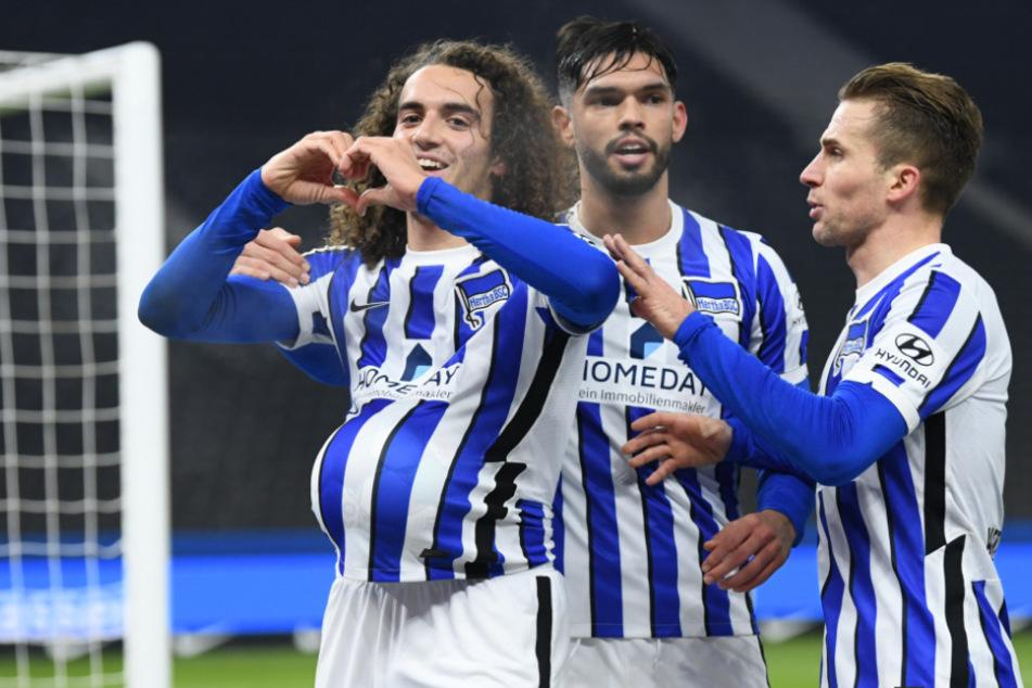 Herthas Matteo Guendouzi (l.) bejubelt mit Omar Alderete und Peter Pekarik sein Tor zum 1:0.