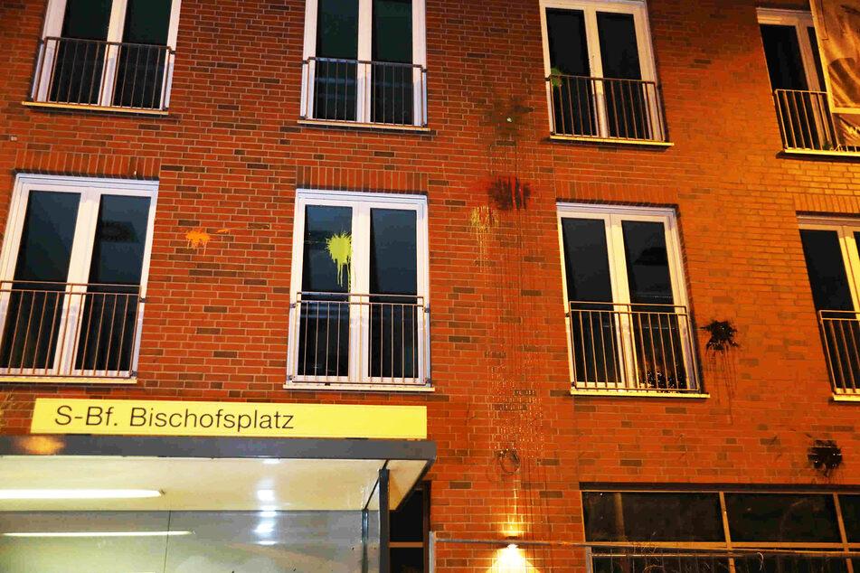 Ein Neubau am Bischofsplatz wurde mit mehreren Farbbeuteln beworfen.