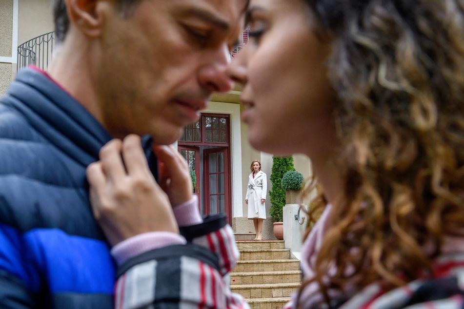 Sturm der Liebe: Auch zwischen Robert und Vanessa kommt es noch einmal zu einem innigen Moment, den Cornelia eifersüchtig beobachtet.