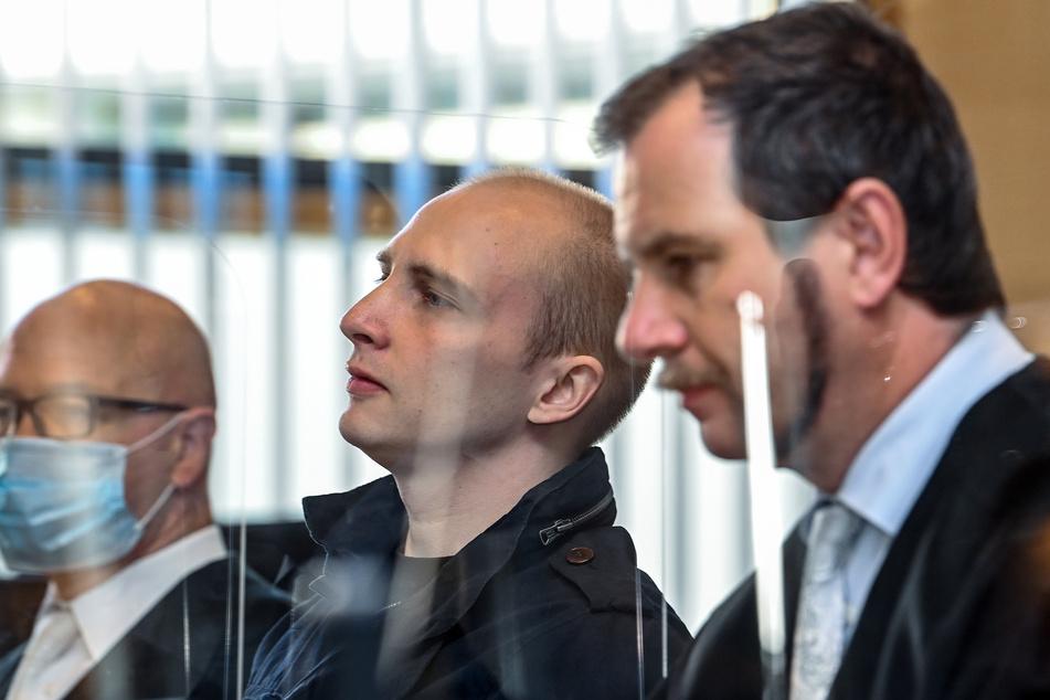 Der angeklagte Stephan Balliet (28, m.) steht zu Beginn des 14. Prozesstages zwischen seinen Verteidigern.