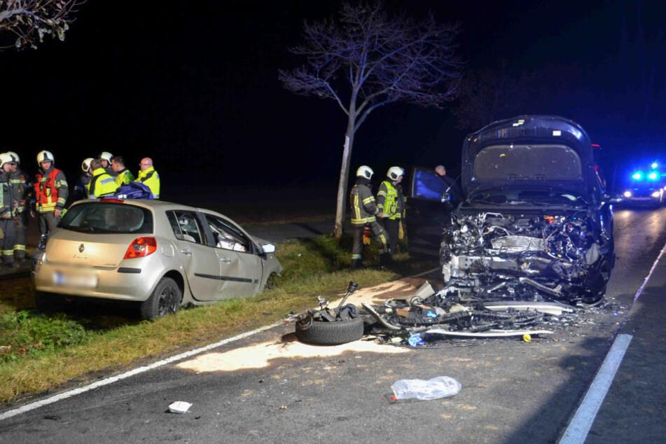 Beide Fahrzeuge waren nach dem Unfall schwer gezeichnet.