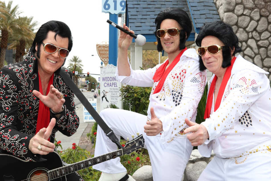 Oliver Pocher (42) posiert mit seinem Vater als Fake-Elvis.