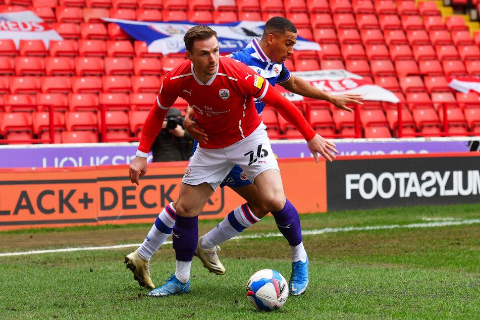 Michael Sollbauer (31, l., gegen Readings Andy Rinomhota, 24) im Trikot des FC Barnsley.