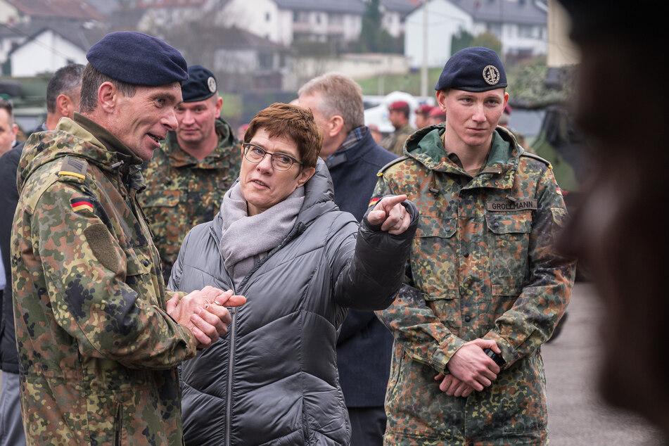 Annegret Kramp-Karrenbauer beim Besuch der Graf-Haeseler-Kaserne im Saarland.