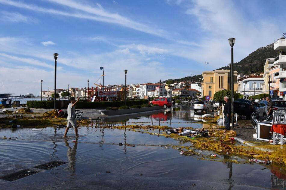Meerwasser ist nach einem Erdbeben über die Ufer getreten und überschwemmt eine Straße.