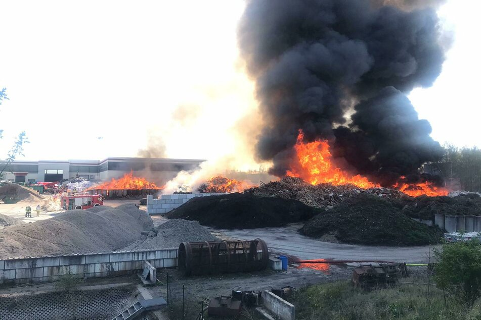 Verheerender Brand in Entsorgungsbetrieb: Anwohner sollen Fenster und Türen geschlossen halten!