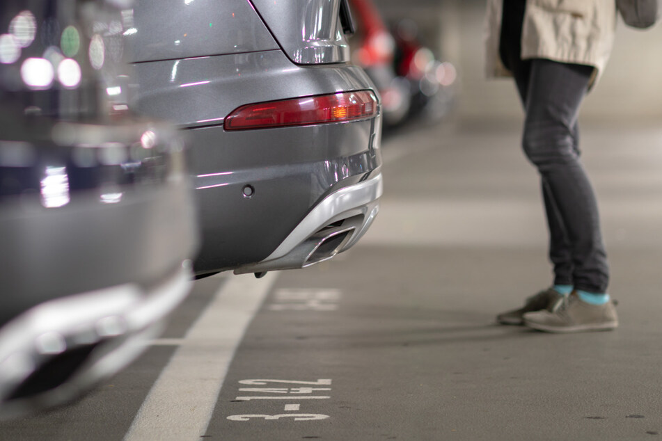 Die Praxis zeigt, dass einige Autofahrer immer wieder Probleme beim Einparken haben und sich dann gerne in die freie Lücke lotsen lassen. (Symbolbild)