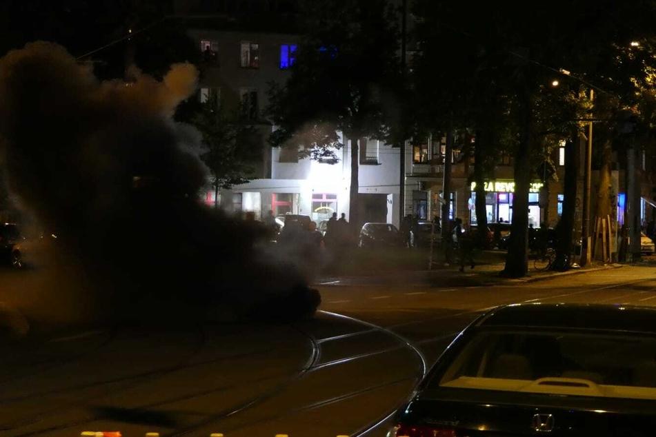 Die linken Aktivisten griffen auch mit Rauchbomben an.