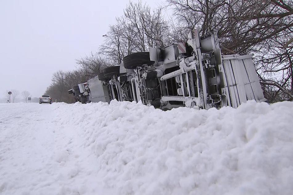 Der LKW war auf der S2 in den Graben gekippt.