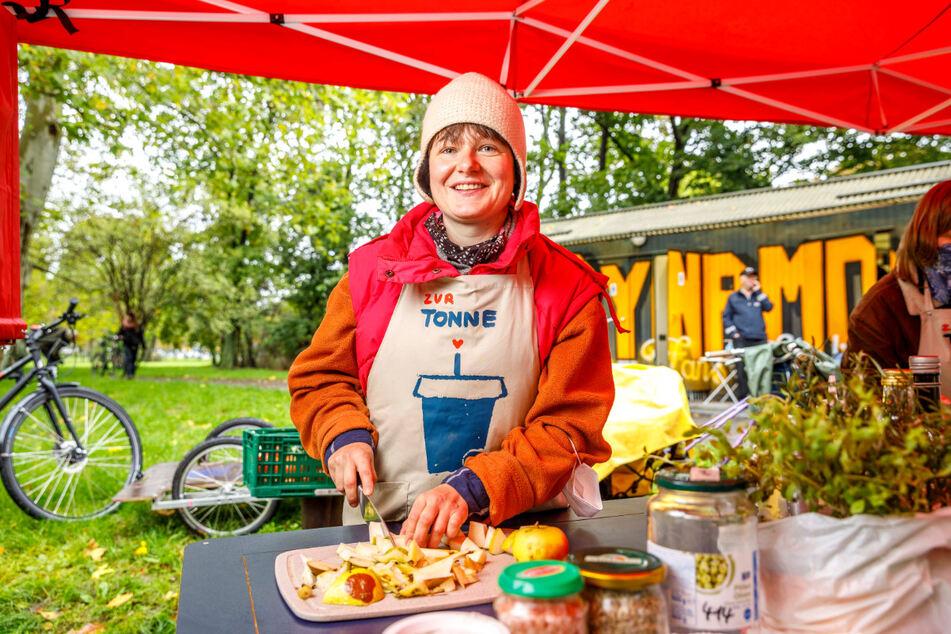 Stefanie Nünchert (36) schneidet Äpfel und Birnen für Kompott - alles aus Waren, die wegen kleiner Druckstellen nicht mehr verkauft werden und sonst in der Tonne landen würden.