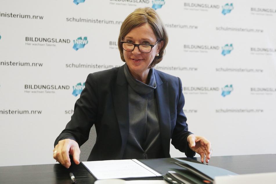 Schulministerin Yvonne Gebauer (FDP) kann einen Monat nach den Schulöffnungen in NRW keine unkontrollierten Corona-Infektionen feststellen.