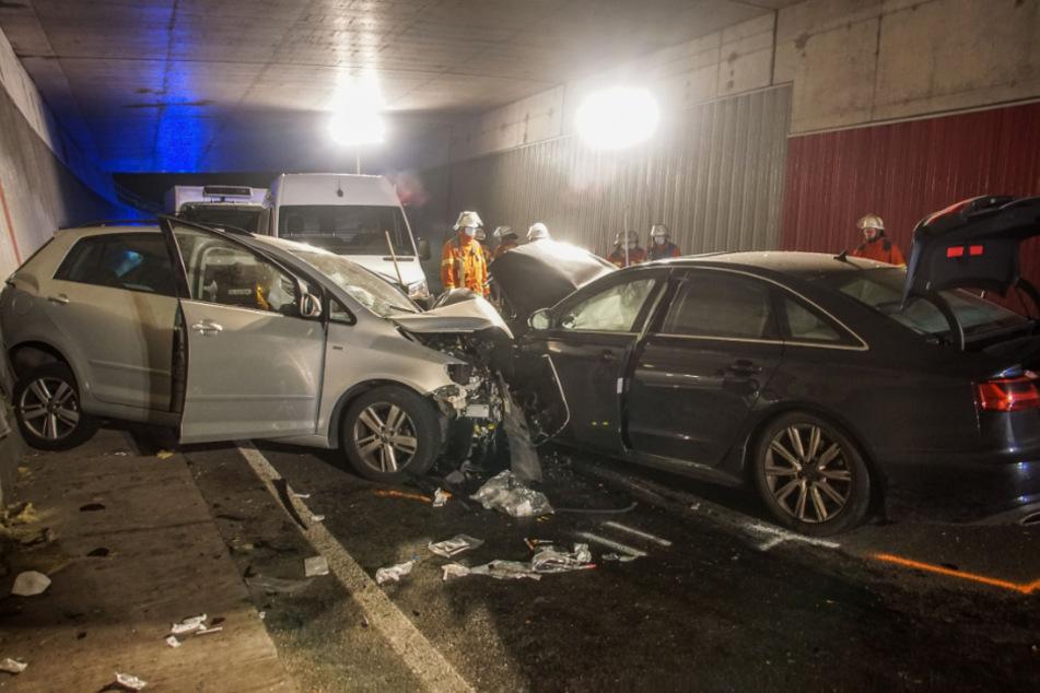 75-Jährige muss nach Unfall schwer verletzt aus ihrem Wagen befreit werden
