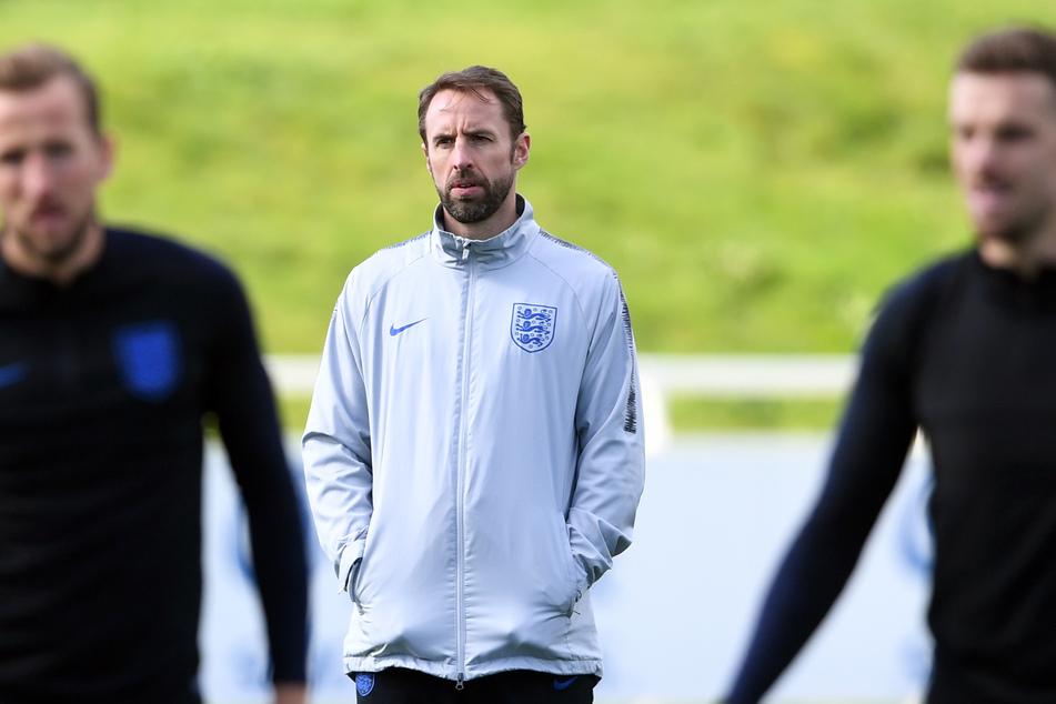 Der Trainer der englischen Nationalmannschaft Gareth Southgate (M.) könnte mit seinem Team am kommenden Mittwoch nach Deutschland auswieichen.